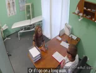 Pacjent wykonuje wewnętrzny wytrysk od lekarza pov